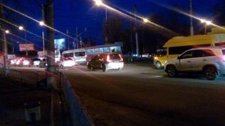 Из-за сломавшегося автобуса в Волгограде в пробке замер мост через ВДСК