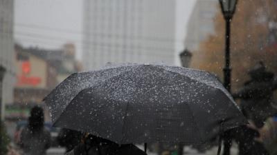 Снег и зонтики: фотографии Архангельска, готовящегося к зиме