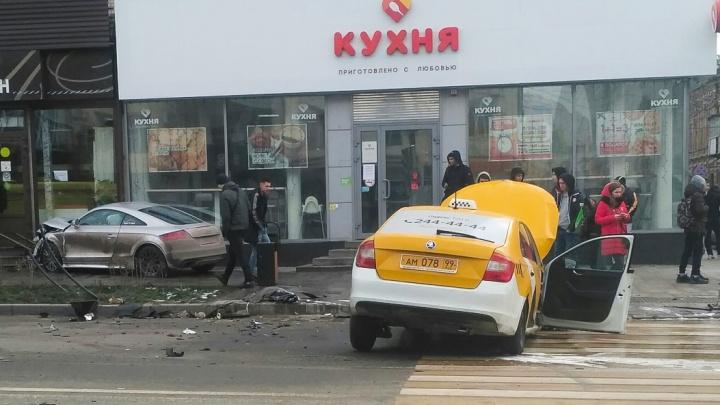 «Мне бы такого ангела-хранителя»: в Сети появилось видео столкновения в Ростове такси и «Ауди ТТ»