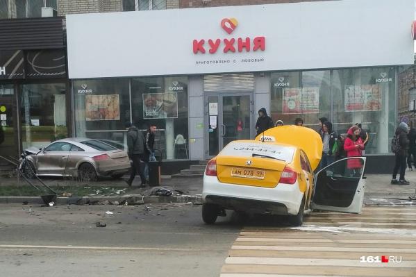 Машины чудом не зацепили пешеходов