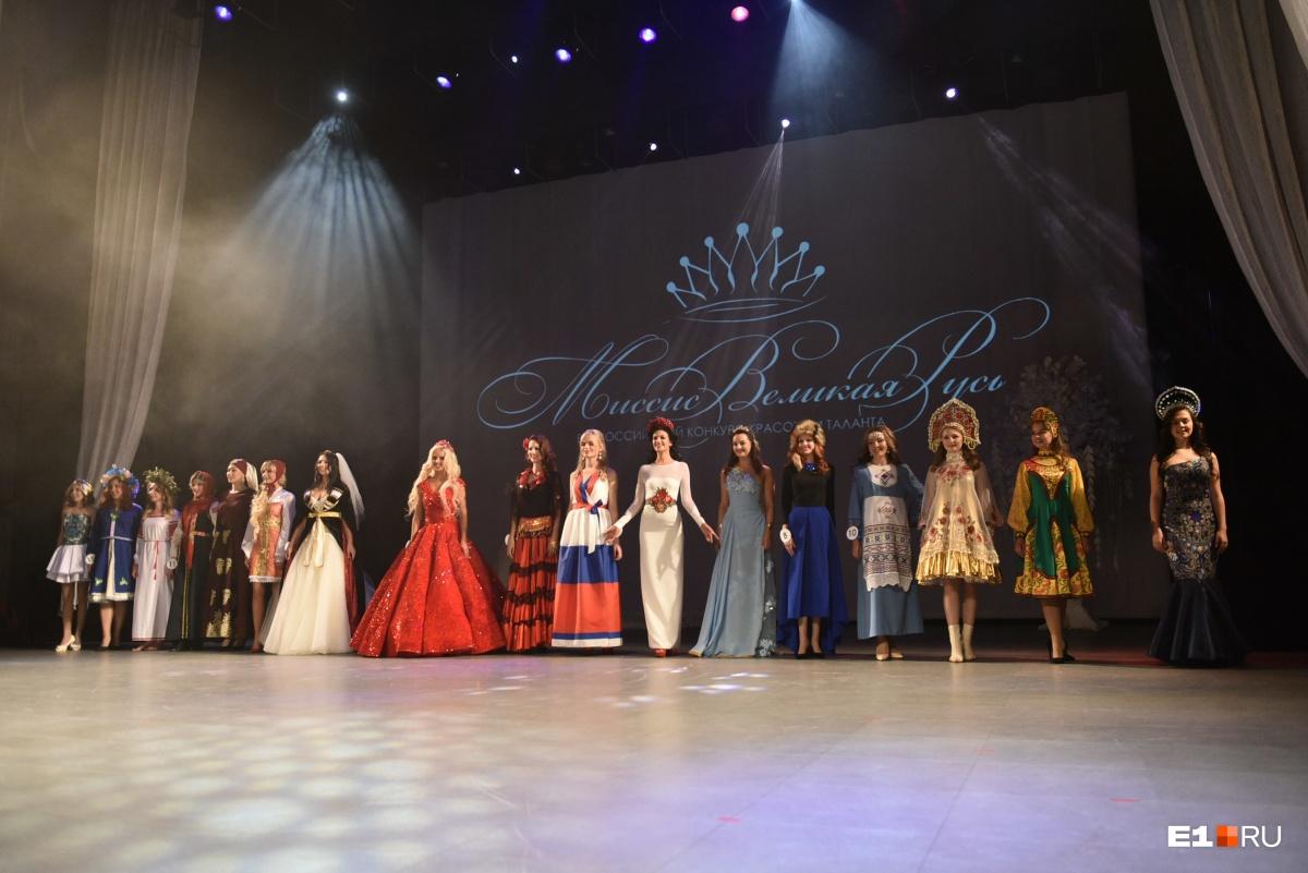 Для первого выхода участницы должны были подготовить национальные костюмы