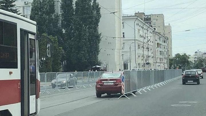 Встал на рельсы: на Самарской площадиСhevrolet укатился на трамвайные пути