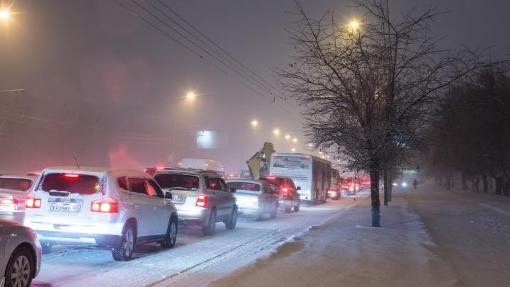 Пятница не задалась: новосибирцы встали в глухую пробку на Объединения из-за аварии