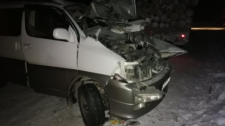 Микроавтобус столкнулся с КАМАЗом в Енисейском районе. Двое в больнице