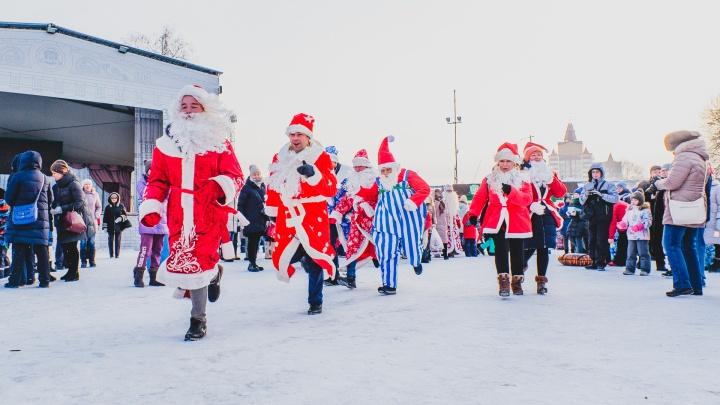 В фуражке и кроссовках: в Перми прошел забег Дедов Морозов и Снегурочек