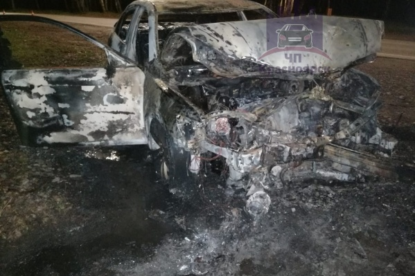 После двух столкновений «Камри» отбросила два колеса и загорелась