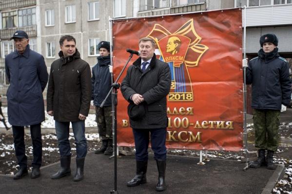 На этой неделе мэр Анатолий Локоть посадил аллею рябин на улице Комсомольской