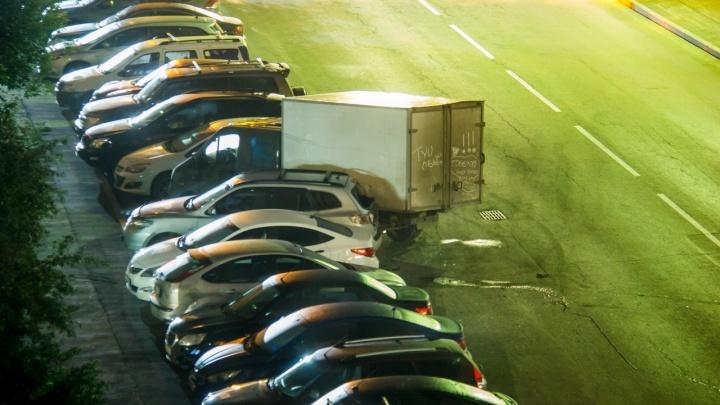 На Ботанике водитель ВАЗа протаранил ряд припаркованных машин и скрылся