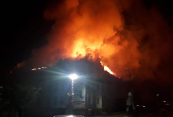 «Ремонт фасада шёл»: в жилом доме на Южном Урале произошёл сильный пожар, эвакуировали 75 человек