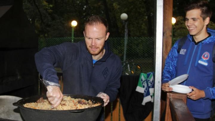 Плов и сладкая вата: футболисты КС накормили своих фанатов на пикнике в Загородном парке