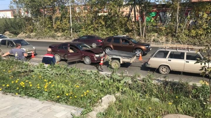 В Екатеринбурге женщина, которая везла в машине дочек-близняшек, въехала в Nissan