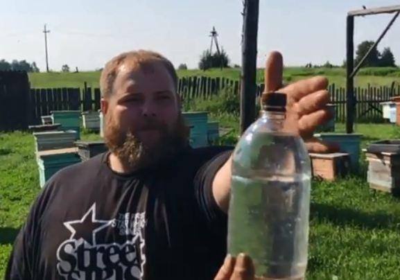 Вася «Пельмень» присоединился к мировому флешмобу и открутил крышку бутылки своим фирменным ударом