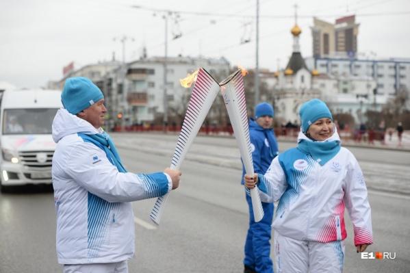 Огонь Универсиады по проспекту Ленина пронесли 25 уральцев