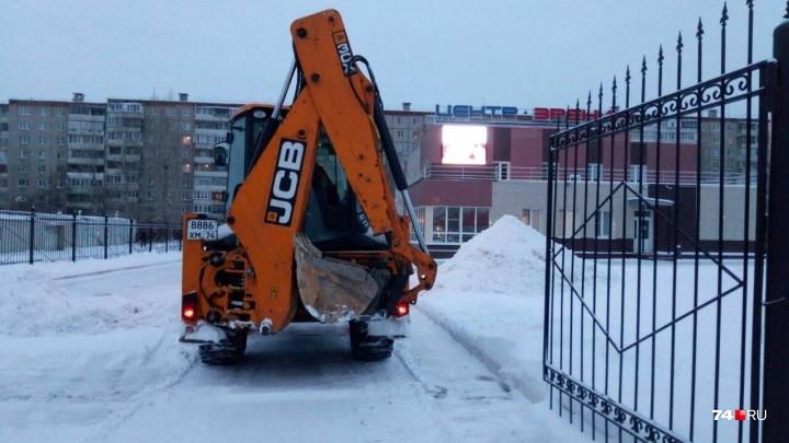 «Пробки пошли на спад»: дороги в Челябинске после ночного снегопада вновь «забыли» почистить