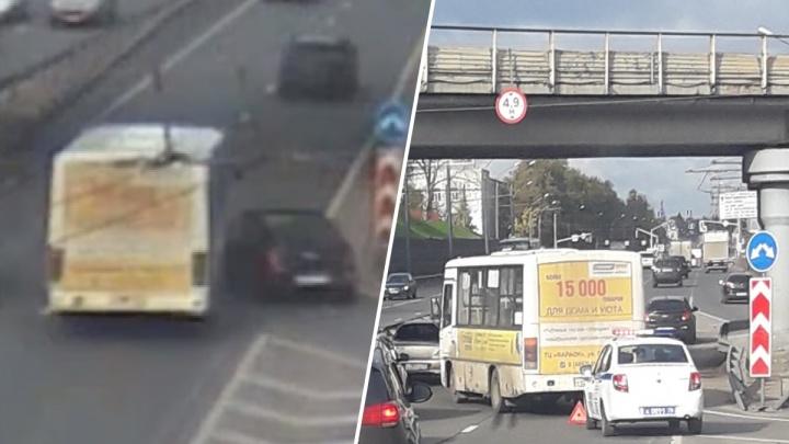 Пазик развернуло поперек дороги: появилось видео дерзкого ДТП на Московском проспекте