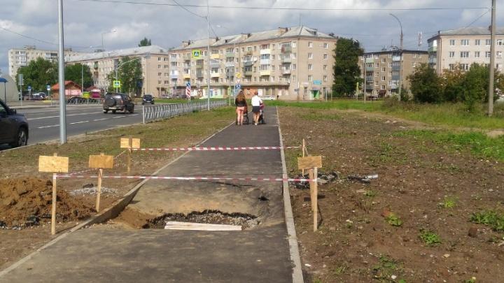 В Рыбинске на только что отремонтированном тротуаре появилась огромная яма