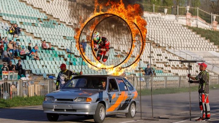 «Денис, ты там жив?»: смотрим видео с самыми яркими моментами шоу каскадеров в Волжском
