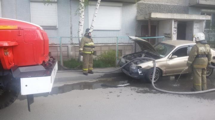«У водителя признаки опьянения»: Toyota врезалась в 8 машин во дворе и перевернулась