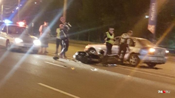 «Уезжала скорая с мигалками»: ночью в Челябинске мотоциклист столкнулся с иномаркой