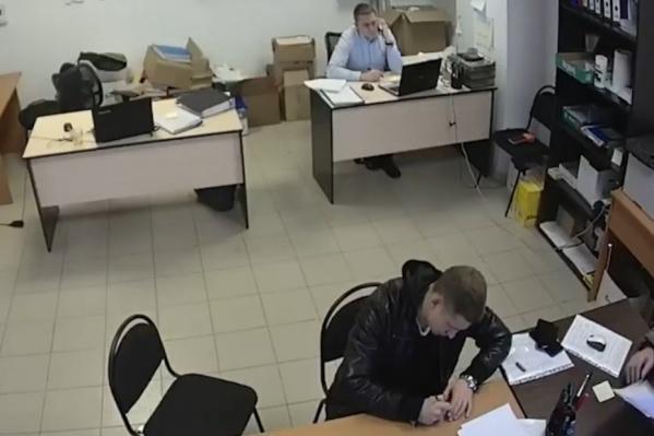 Камера транслировала происходящее в офисе УК в прямом эфире, но сотрудники об этом не знали