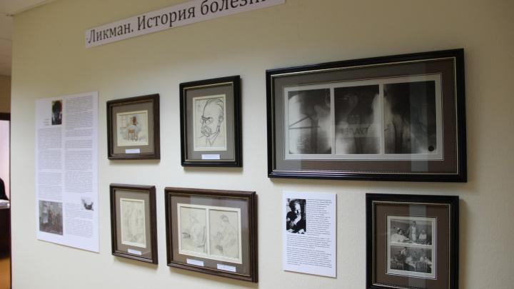 В медклинике открыли выставку художника со сломанной ногой