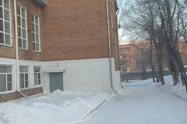 Забор находится рядом со школой-интернатом