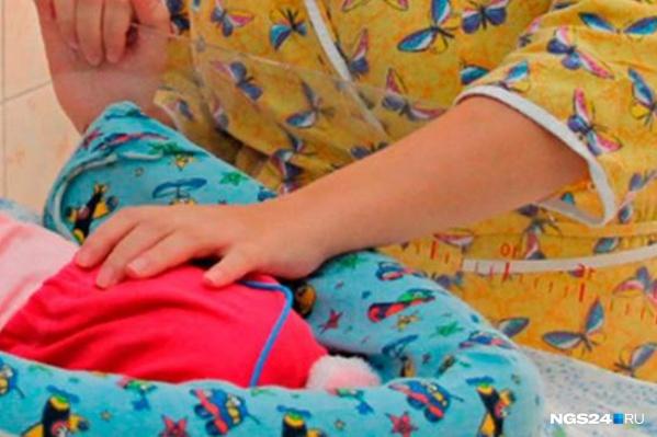 Женщина уснула и не проследила, чтобы ребенок уснул на боку