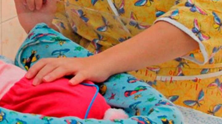 У многодетной матери младенец задохнулся после грудного вскармливания. Её судили, но простили