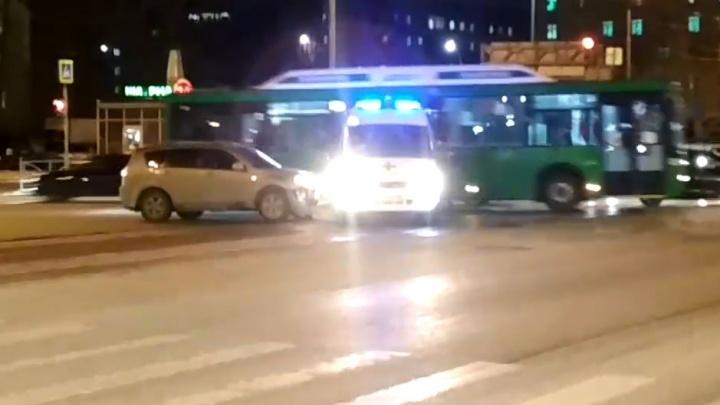 В центре Екатеринбурга кроссовер врезался в спешащую на вызов скорую помощь