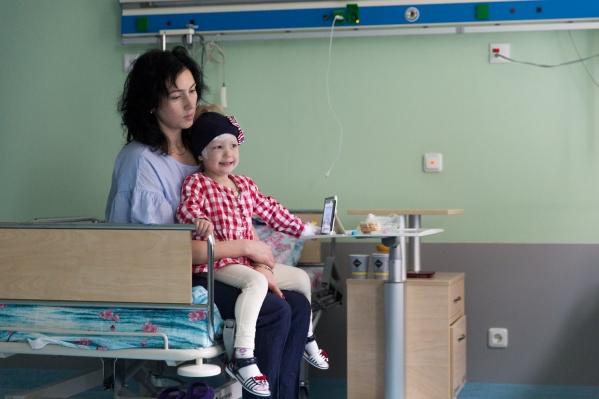 Маленькой Яне с редкой болезнью «мойя-мойя» не смогли помочь в Москве, но прооперировали в новосибирском центре нейрохирургии