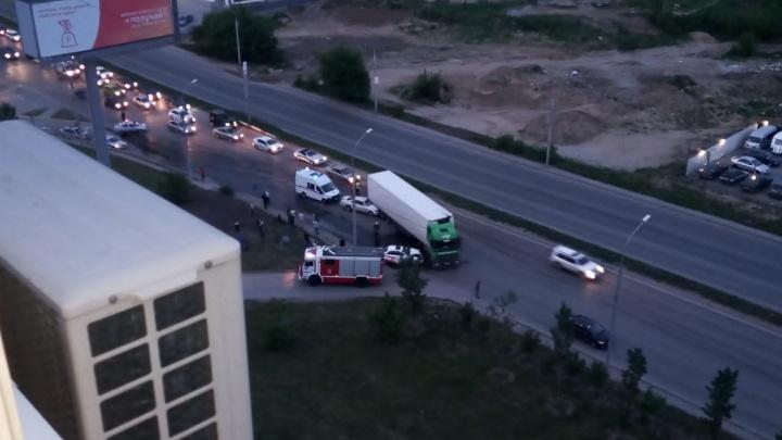 Видео: две легковушки залетели под фуру возле «Ауры»
