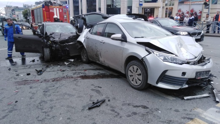 Машину пришлось разрезать, чтобы достать погибших: всё о массовом ДТП на Малышева — Московской