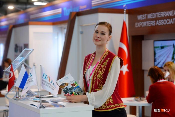 На турецких стендах работали российские девушки