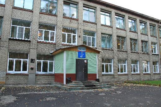 Чиновники засудили переполненную детьми школу в Первомайке