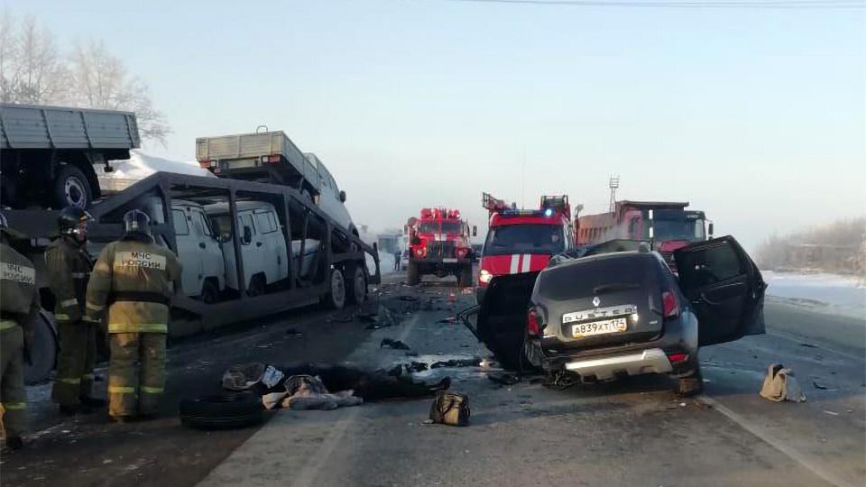 В аварию попали две легковушки и большегруз