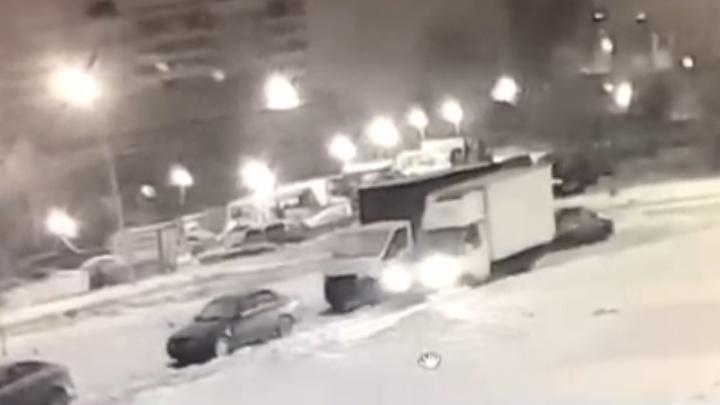 Ночью на новогодних каникулах во дворе на Уктусе мужчины на «Газели» срезали бензобак с грузовика