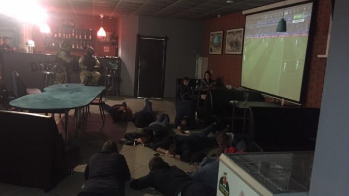 «Лицом в пол!»: в Самарской области силовики закрыли покерный клуб