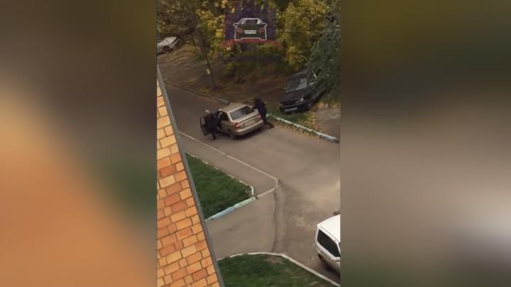 «Кто опаснее?»: на Лазо мужчина с топором напал на водителя с пистолетом и порубил авто