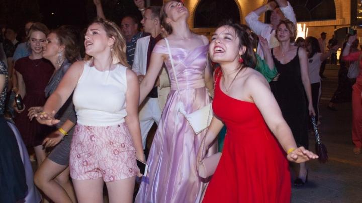 Дороже, чем в Ижевске: аналитики назвали среднюю цену платья для выпускного в Ростове