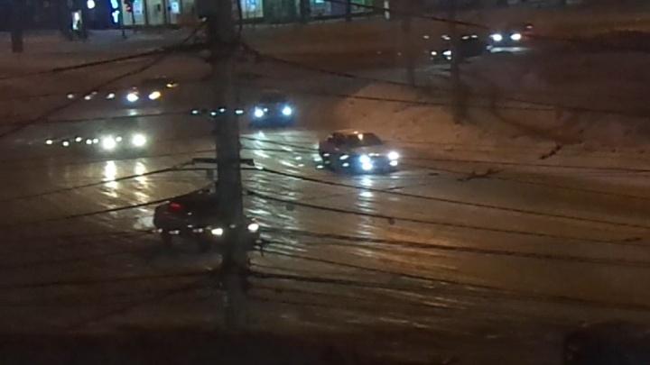 И «Лексусы», и «Субарики»: машины с прямотоками превратили площадь Калинина в ночную гоночную трассу