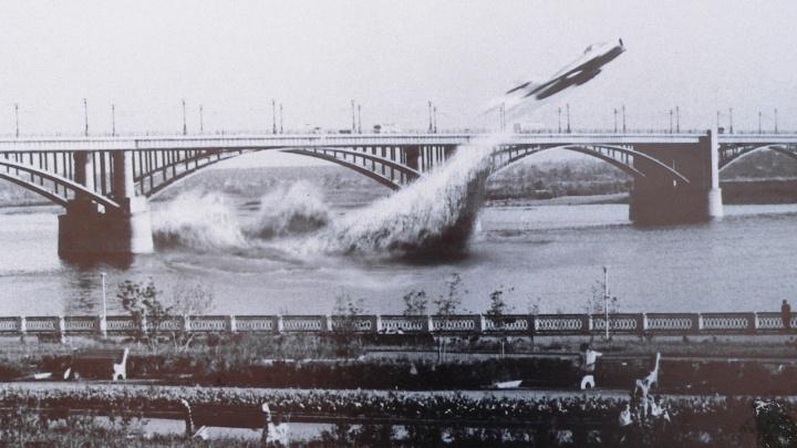 Американцы усомнились в легендарном полёте истребителя под Коммунальным мостом в Новосибирске
