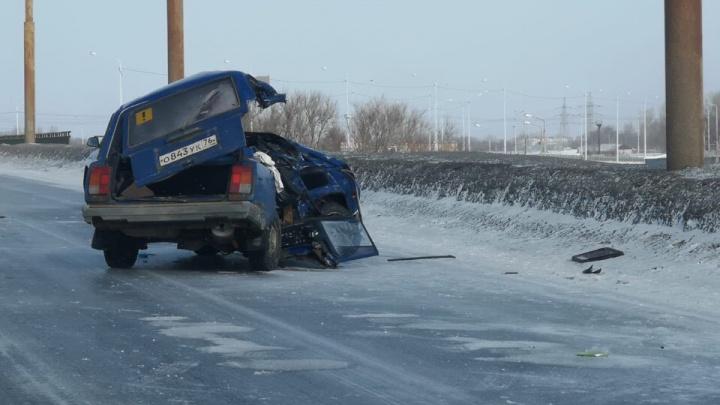 Спасатели разрезали машину, чтобы спасти водителя: подробности ДТП с грузовиком в Ярославле