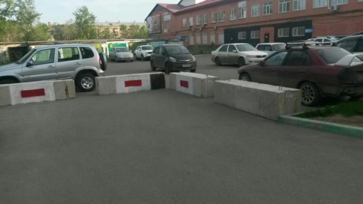 Свободный въезд к дому в Вавиловском перегородили бетонными блоками