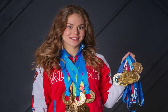 18-летняя спортсменка, установившая мировой рекорд по плаванию, взяла две золотые медали в Европе