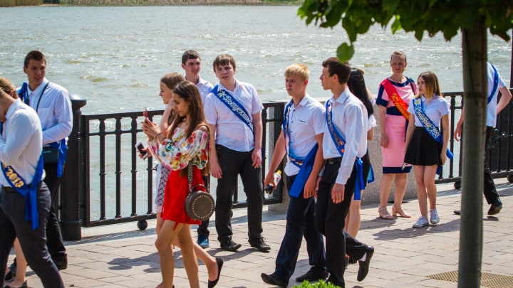 Платье за 40 тысяч рублей: ростовчанки готовятся к выпускному балу
