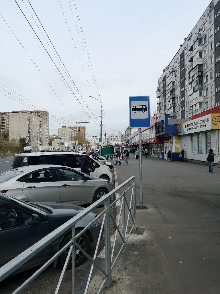 Подъехать автобусы к остановке не могут из-за машин на парковке