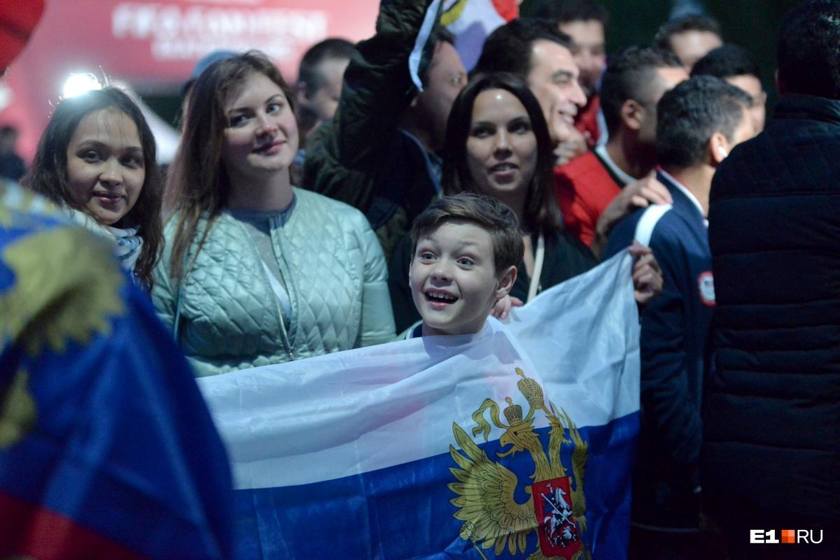 Ещё одна футбольная фотография в нашей подборке (не последняя). Просто посмотрите на эмоции этого мальчика. Он только что поверил в сборную России, потому что  она разгромила Саудовскую Аравию со счетом 5:0