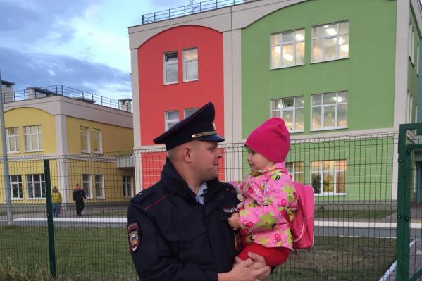Несмотря на занятость, Константин Куприков успевает забирать дочку из садика
