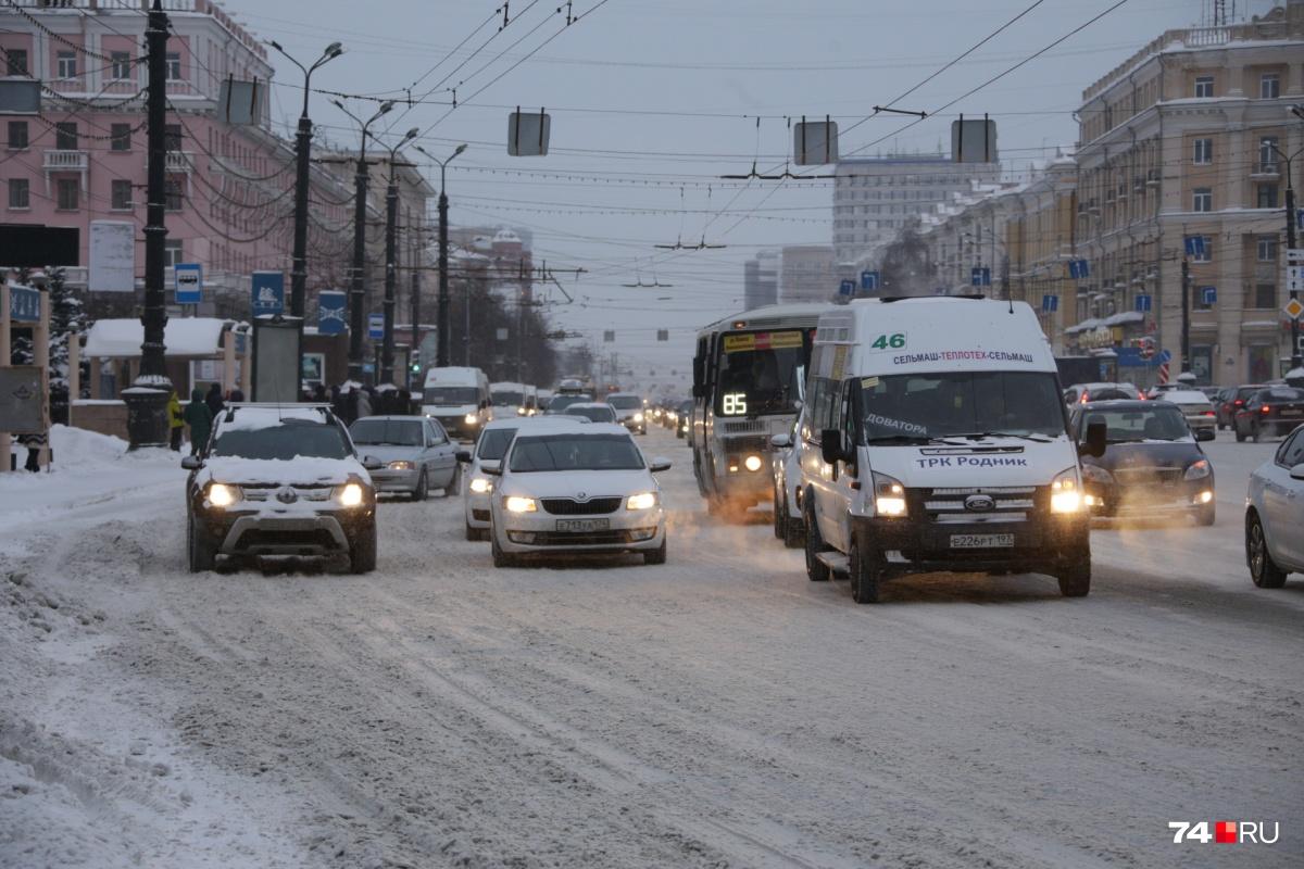 Убрать снежную кашу с проезжих частей и тротуаров в Челябинске планируют в ближайшие пару дней