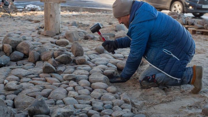 C фонариками и метлами: жители Рыбинска откопали 30 метров старинной мостовой